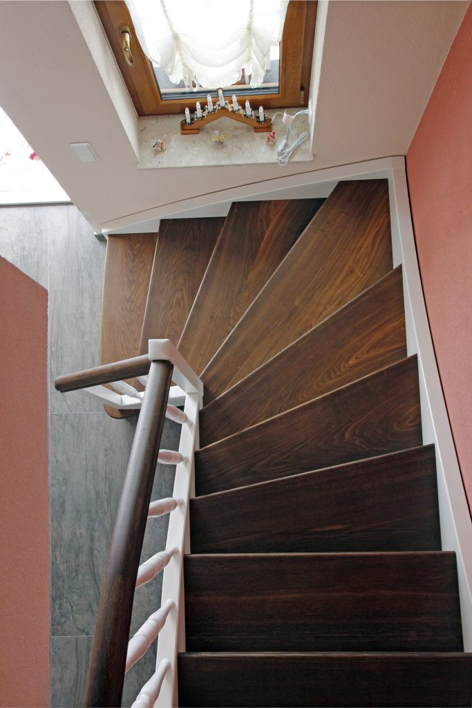 vietelgewendelte Holztreppe, Wangen in Esche weiss lackiert, Trittstufen in Eiche geräuchert Geländerstäbe gedrechselt, weiss lackiert